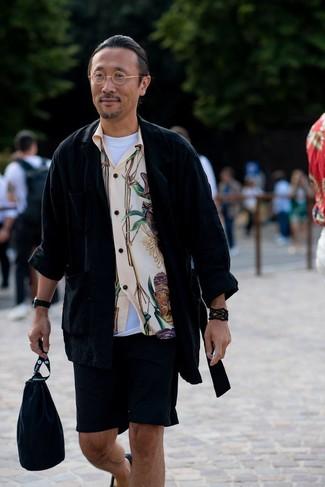 Combinar unas alpargatas de lona negras: Opta por una chaqueta estilo camisa negra y unos pantalones cortos negros para un look diario sin parecer demasiado arreglada. Alpargatas de lona negras son una opción incomparable para completar este atuendo.