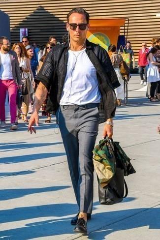 Combinar un pantalón chino gris: Para crear una apariencia para un almuerzo con amigos en el fin de semana casa una chaqueta estilo camisa de camuflaje verde oliva junto a un pantalón chino gris. ¿Te sientes ingenioso? Dale el toque final a tu atuendo con zapatos derby de cuero negros.