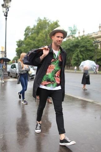 Combinar un sombrero de paja en beige: Emparejar un chubasquero negro junto a un sombrero de paja en beige es una opción inigualable para el fin de semana. Con el calzado, sé más clásico y haz tenis de lona en negro y blanco tu calzado.