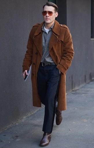 Outfits hombres: Empareja un abrigo largo en tabaco con un pantalón chino azul marino para las 8 horas. ¿Por qué no ponerse botines chelsea de cuero en marrón oscuro a la combinación para dar una sensación más clásica?