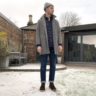 Combinar un gorro gris: Un abrigo largo de pata de gallo gris y un gorro gris son una opción estupenda para el fin de semana. Dale onda a tu ropa con botas casual de ante en marrón oscuro.