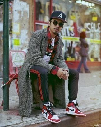 Outfits hombres en clima frío: Un abrigo largo de espiguilla gris y una camisa de manga larga de cuadro vichy en rojo y negro son una gran fórmula de vestimenta para tener en tu clóset.