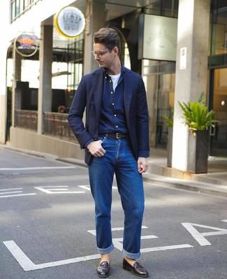 Cómo combinar: vaqueros azules, camiseta con cuello circular blanca, camisa de manga larga azul marino, blazer azul marino