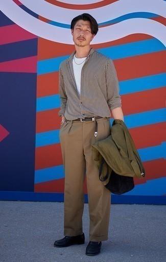 Combinar un pantalón de vestir marrón claro: Elige un blazer verde oliva y un pantalón de vestir marrón claro para una apariencia clásica y elegante. Mocasín de cuero negro son una opción atractiva para completar este atuendo.