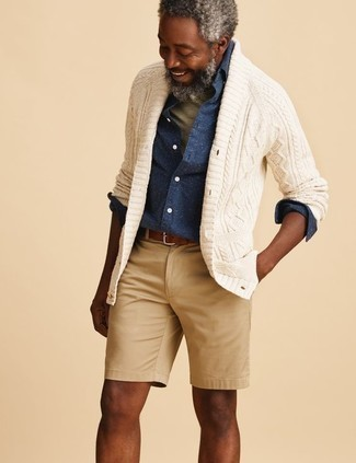 Combinar un cárdigan con cuello chal en beige: Opta por un cárdigan con cuello chal en beige y unos pantalones cortos marrón claro para una apariencia fácil de vestir para todos los días.