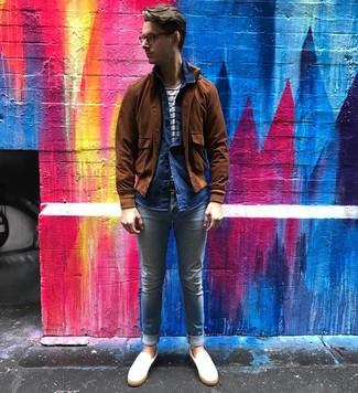 Cómo combinar: vaqueros pitillo celestes, camiseta con cuello circular de rayas horizontales en blanco y azul marino, camisa de manga larga de cambray azul marino, cazadora de aviador de ante marrón