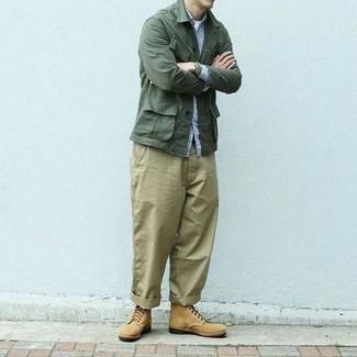 Combinar una camisa de manga larga de rayas verticales en blanco y azul: Considera emparejar una camisa de manga larga de rayas verticales en blanco y azul con un pantalón chino marrón claro para cualquier sorpresa que haya en el día. ¿Te sientes valiente? Opta por un par de botas casual de ante marrón claro.