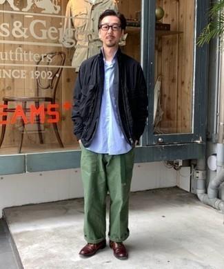 Combinar un pantalón chino verde oliva: Elige una chaqueta campo negra y un pantalón chino verde oliva para conseguir una apariencia relajada pero elegante. Elige un par de zapatos oxford de cuero burdeos para mostrar tu inteligencia sartorial.