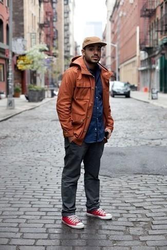 Combinar unas zapatillas: Considera emparejar una chaqueta campo naranja con un pantalón chino en gris oscuro para un almuerzo en domingo con amigos. Zapatillas añadirán un nuevo toque a un estilo que de lo contrario es clásico.