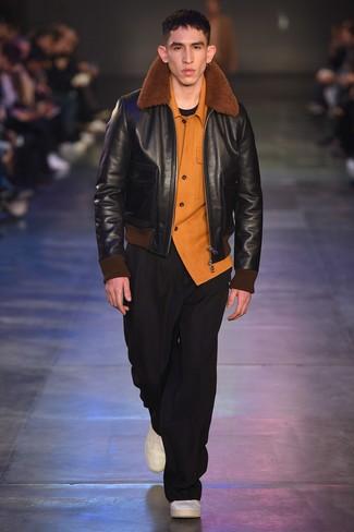 Cómo combinar: pantalón chino negro, camiseta con cuello circular negra, camisa de manga larga de franela naranja, chaqueta de piel de oveja negra
