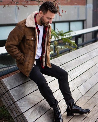 Cómo combinar: vaqueros pitillo negros, camiseta con cuello circular blanca, camisa de manga larga de franela a cuadros en rojo y negro, chaqueta de piel de oveja marrón