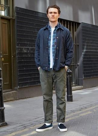 Combinar una camisa de manga larga de tartán azul marino: Usa una camisa de manga larga de tartán azul marino y un pantalón chino verde oliva para un almuerzo en domingo con amigos. Zapatillas slip-on de lona en azul marino y blanco son una opción inigualable para complementar tu atuendo.