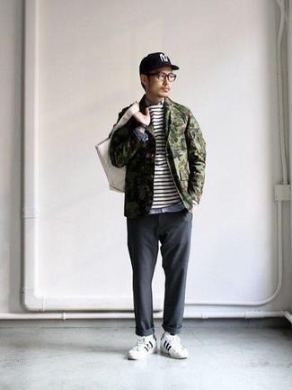 Combinar unos tenis de cuero en blanco y negro: Considera emparejar una chaqueta estilo camisa de camuflaje verde oliva con un pantalón chino en gris oscuro para cualquier sorpresa que haya en el día. ¿Te sientes valiente? Completa tu atuendo con tenis de cuero en blanco y negro.
