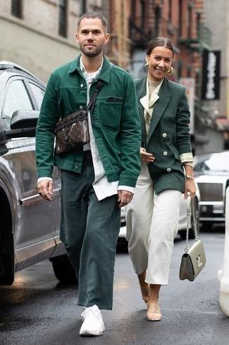 Combinar una chaqueta estilo camisa verde oscuro: Haz de una chaqueta estilo camisa verde oscuro y un pantalón chino de pana en verde azulado tu atuendo para el after office. Si no quieres vestir totalmente formal, opta por un par de deportivas blancas.