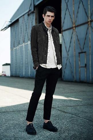 Combinar una chaqueta vaquera en gris oscuro: Opta por una chaqueta vaquera en gris oscuro y un pantalón chino negro para una vestimenta cómoda que queda muy bien junta. ¿Por qué no ponerse zapatos derby de cuero negros a la combinación para dar una sensación más clásica?