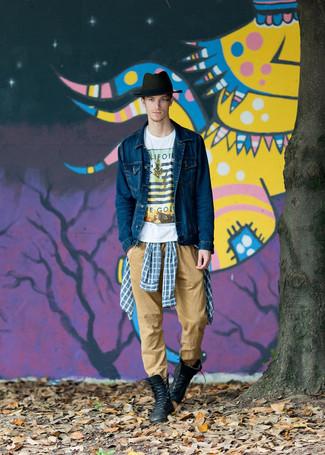 Combinar un sombrero de lana verde oscuro: Empareja una chaqueta vaquera azul marino con un sombrero de lana verde oscuro transmitirán una vibra libre y relajada. Usa un par de botas casual de cuero negras para mostrar tu inteligencia sartorial.