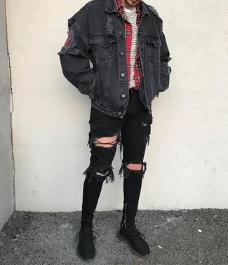 Cómo combinar: vaqueros pitillo desgastados negros, camiseta con cuello circular de rayas horizontales en blanco y negro, camisa de manga larga de tartán roja, chaqueta vaquera negra