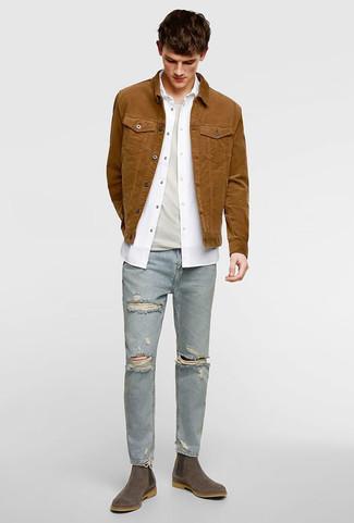 Cómo combinar: vaqueros pitillo desgastados celestes, camiseta con cuello circular en beige, camisa de manga larga blanca, chaqueta vaquera marrón