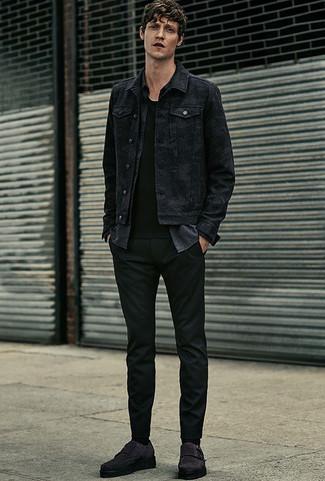 Cómo combinar: pantalón chino negro, camiseta con cuello circular negra, camisa de manga larga de cambray en gris oscuro, chaqueta vaquera negra