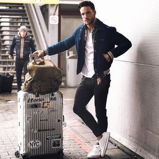 Combinar una chaqueta varsity en azul marino y blanco en otoño 2020: Elige una chaqueta varsity en azul marino y blanco y unos vaqueros pitillo negros transmitirán una vibra libre y relajada. Tenis blancos son una forma sencilla de mejorar tu look. Un atuendo chulo para los días de otoño.