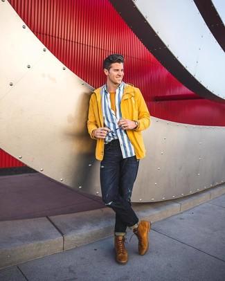Combinar una camiseta con cuello circular mostaza: Intenta ponerse una camiseta con cuello circular mostaza y unos vaqueros desgastados azul marino para un look agradable de fin de semana. ¿Te sientes valiente? Haz botas casual de ante en tabaco tu calzado.