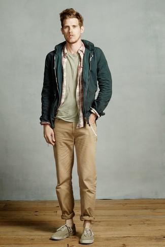 Cómo combinar: vaqueros marrón claro, camiseta con cuello circular en verde menta, camisa de manga larga de tartán en blanco y rojo, chubasquero verde oscuro