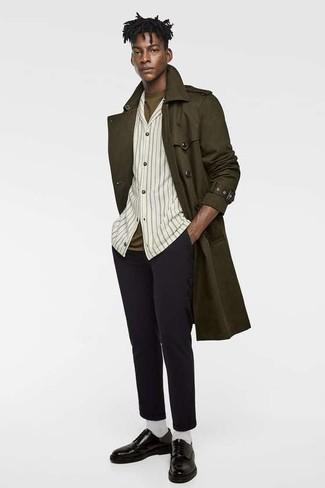 Cómo combinar: pantalón chino de lana negro, camiseta con cuello circular verde oliva, camisa de manga larga de rayas verticales en beige, gabardina verde oliva