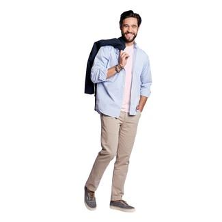 Cómo combinar: pantalón chino en beige, camiseta con cuello circular rosada, camisa de manga larga celeste, gabardina azul marino