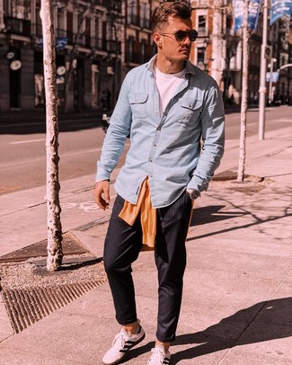 Cómo combinar: pantalón chino de rayas verticales negro, camiseta con cuello circular blanca, camisa de manga larga de cambray celeste, jersey con cuello circular naranja