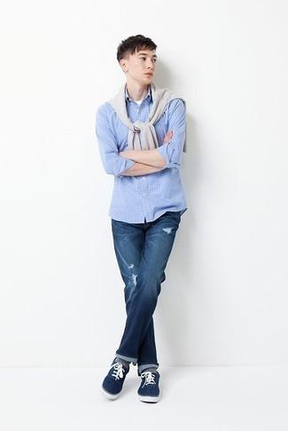 Combinar un jersey con cuello circular gris para hombres adolescentes: Un jersey con cuello circular gris y unos vaqueros desgastados azules son una opción inmejorable para el fin de semana. ¿Te sientes valiente? Opta por un par de tenis de lona azul marino.