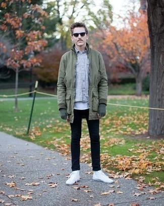 Outfits hombres: Para un atuendo tan cómodo como tu sillón considera ponerse una parka verde oliva y unos vaqueros negros. Zapatillas altas de lona blancas son una opción inigualable para completar este atuendo.