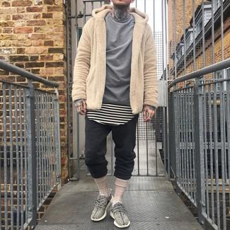 Cómo combinar: pantalón de chándal negro, camiseta con cuello circular de rayas horizontales en beige, camisa de manga larga gris, sudadera con capucha de forro polar marrón claro