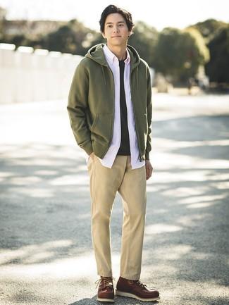 Cómo combinar: pantalón chino marrón claro, camiseta con cuello circular negra, camisa de manga larga rosada, sudadera con capucha verde oliva