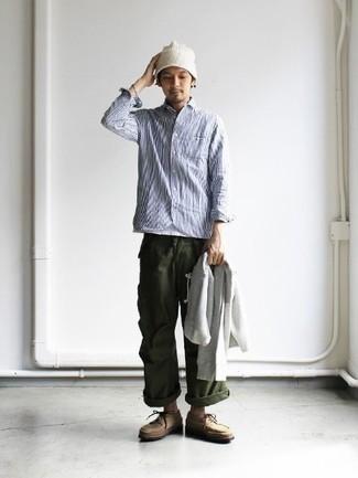 Combinar un pantalón chino verde oscuro: Elige una sudadera con capucha gris y un pantalón chino verde oscuro para conseguir una apariencia relajada pero elegante. Zapatos derby de ante marrón claro proporcionarán una estética clásica al conjunto.
