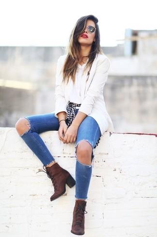 Cómo combinar: vaqueros pitillo desgastados azules, camiseta con cuello circular blanca, camisa de vestir de cuadro vichy en negro y blanco, blazer en beige