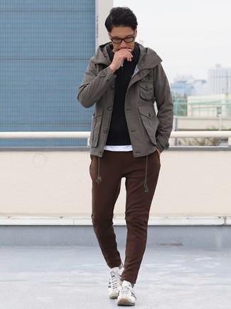 Outfits hombres en otoño 2020: Intenta ponerse una chaqueta campo gris y un pantalón de chándal marrón para un look diario sin parecer demasiado arreglada. Tenis de lona en blanco y negro son una opción incomparable para complementar tu atuendo. Este look es una solución perfecta si tu en busca de un look otoñal.