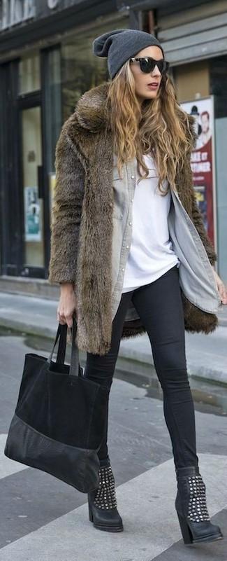 Cómo combinar: leggings negros, camiseta con cuello circular blanca, camisa vaquera gris, abrigo de piel marrón