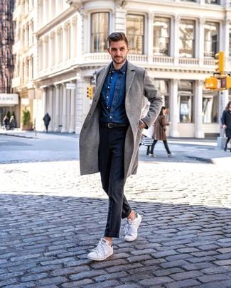 Cómo combinar: pantalón de vestir en gris oscuro, camiseta con cuello circular azul, camisa vaquera azul marino, abrigo largo gris
