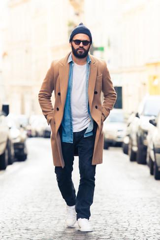 Outfits hombres: Casa un abrigo largo marrón claro junto a unos vaqueros azul marino para las 8 horas. Si no quieres vestir totalmente formal, elige un par de tenis blancos.