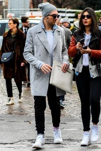Combinar un abrigo largo gris: Opta por un abrigo largo gris y un pantalón de chándal negro para conseguir una apariencia relajada pero elegante. ¿Quieres elegir un zapato informal? Usa un par de tenis de cuero blancos para el día.