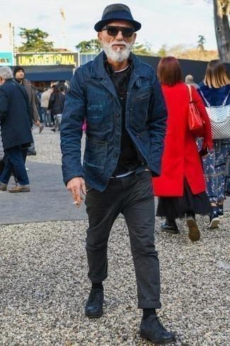 Combinar un pantalón chino en gris oscuro: Ponte un blazer vaquero azul marino y un pantalón chino en gris oscuro para después del trabajo. Zapatos derby de cuero azul marino son una forma sencilla de mejorar tu look.