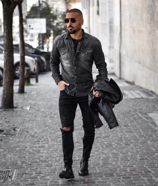 Cómo combinar: vaqueros desgastados negros, camiseta con cuello circular negra, camisa vaquera en gris oscuro, chaqueta motera de cuero negra