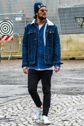 Look de moda: Vaqueros pitillo negros, Camiseta con cuello circular blanca, Camisa vaquera azul, Chaqueta vaquera azul