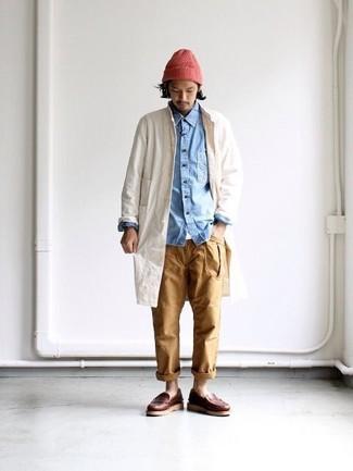 Cómo combinar: pantalón chino marrón claro, camiseta con cuello circular blanca, camisa vaquera celeste, chubasquero en beige