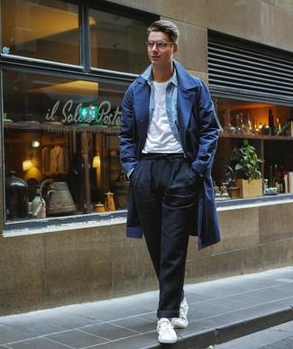 Cómo combinar: pantalón chino de lino negro, camiseta con cuello circular blanca, camisa vaquera celeste, gabardina azul marino