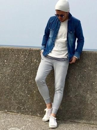 Cómo combinar: pantalón de chándal gris, camiseta con cuello circular de rayas horizontales en blanco y negro, camisa vaquera azul marino, jersey con cuello circular blanco