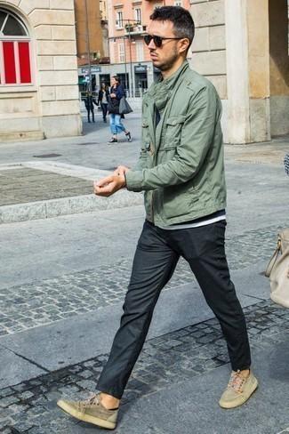 Combinar unos calcetines invisibles negros: Elige por la comodidad con una chaqueta militar en verde menta y unos calcetines invisibles negros. Con el calzado, sé más clásico y usa un par de tenis de ante en beige.