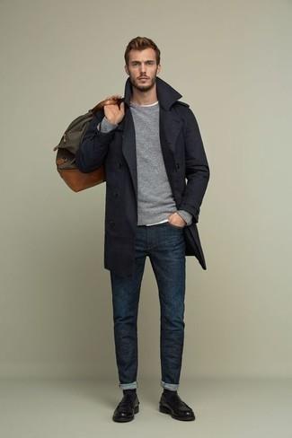 Combinar un mocasín de cuero negro: Empareja una gabardina azul marino junto a unos vaqueros azul marino para lograr un look de vestir pero no muy formal. Con el calzado, sé más clásico y usa un par de mocasín de cuero negro.