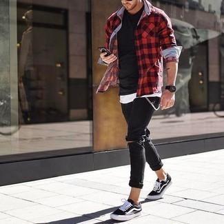 Combinar una camisa de manga larga de cuadro vichy en rojo y negro: Emparejar una camisa de manga larga de cuadro vichy en rojo y negro con unos vaqueros pitillo desgastados negros es una opción inmejorable para el fin de semana. ¿Te sientes valiente? Haz tenis de lona en negro y blanco tu calzado.
