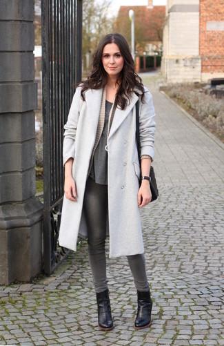 Cómo combinar: vaqueros pitillo grises, camiseta con cuello circular en gris oscuro, cárdigan abierto de punto en beige, abrigo gris
